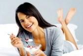 14182066-retrato-de-un-feliz-y-sonriente-mujer-latina-hispana-de-comer-un-desayuno-saludable-de-fruta-y-el-yo