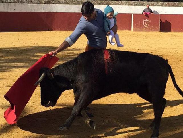 Rivera torea con bebé