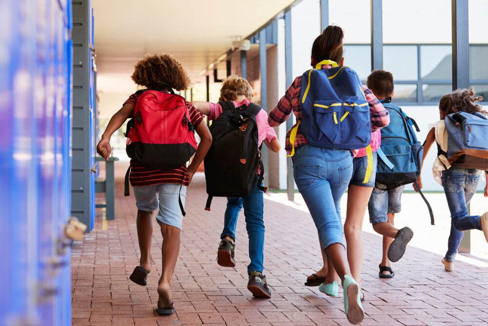 niños sin uniforme escolar