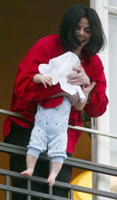 Michael Jackson con bebé en balcón