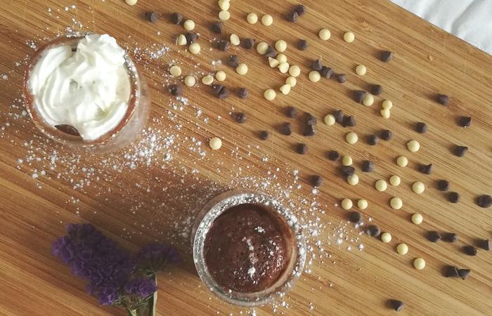 Mug cake de queso crema de chocolate con avellanas